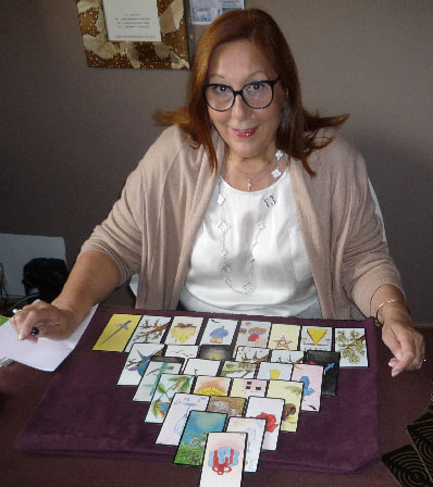 Photo de marie alexia devant son jeu de carte